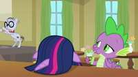 Twilight sulks; Spike snaps to the music S9E5