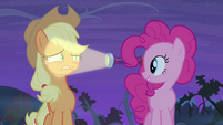 Pinkie Pie shines light in Applejack's face S4E07