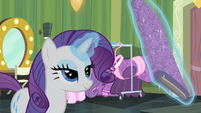 Rarity levitating a fabric S4E08
