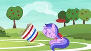 S06E18 Sea Swirl zasłania się przed piłką