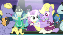 Sweetie shakes hoof with a mare S4E19