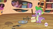 S04E15 Spike sprzątający miotłą