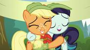 S05E24 Rara i Applejack przytulają się