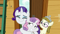 Zipporwhill looks confused at Rarity and Sweetie Belle S7E6