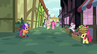 Cutie Mark Crusaders get into position S8E12