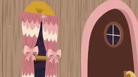 Discord's door and curtains turn decorative S7E12