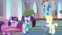 Rarity giving Pizzelle a welcoming booklet S8E1