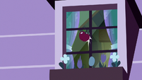Red apple hits Apple Bloom's window S8E25
