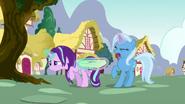 S07E02 Trixie próbuje wyrwać torbę Starlight