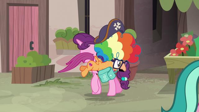 File:Scootaloo steals Sugar Belle's saddlebag S7E8.png