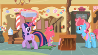 Twilight looking at Spike covered in icing S2E03
