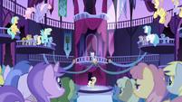 Los ponies mirandoa RArity S1E1
