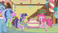 Pinkie wheels out the cake S1E05