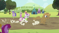 Rarity and Sweetie Belle running S2E05