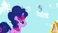 S01E01 Twilight prowokuje Rainbow