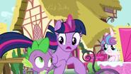S07E03 Twilight i Spike w pośpiechu biegną przez miasto