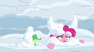 S07E11 Pinkie i Gummy zasypani jeszcze większą ilością śniegu