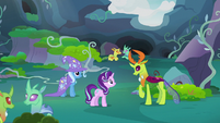 Starlight Glimmer and Trixie run up to Thorax S7E17