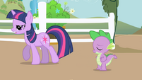 Twilight goes to meet Applejack S01E01