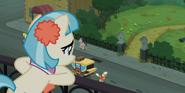 S05E16 Coco patrzy na park z balkonu