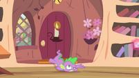 Spike falls onto floor S4E11