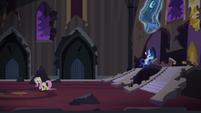Fluttershy e Rarity na sala do trono T4E03