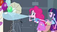 Pinkie Pie inflando um balão EG