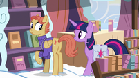 Twilight meets the Cloudsdale bookseller S7E14