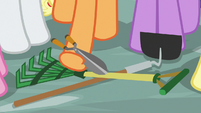 Applejack picks up pair of shears S9E2