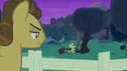 S07E13 Grand Pear przygląda się Babci Smith czytającej bajkę swoim drzewom