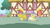 Twilight's chariot lands S1E01