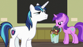 Amethyst Star throws out an apple core S7E3.png