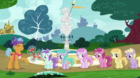 Fillies in line for Twisty Pop's balloon animals S7E6