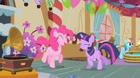 Pinkie Pie and Twilight dancing S01E25