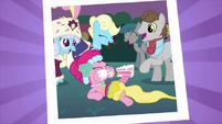 S02E26 Pinkie Pie jedząca ciasto na zdjęciu