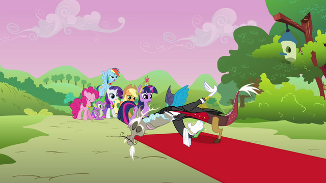 Файл:Discord welcomes Twilight and her friends S03E10.png