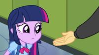Flash coloca sua mão perto de Twilight EG