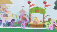 201px-Applejack's dream of the Gala S01E03