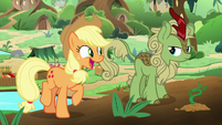 Applejack talking to a green Kirin S8E23