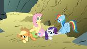 S01E07 Fluttershy leży na Applejack i Rarity