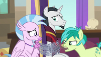 Silverstream and Sandbar struggle with chains S8E26