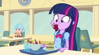 Twilight com uma maçã inteira em sua boca EG