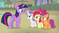 Twilight congratulating the Crusaders S8E6