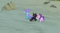 Starlight Glimmer and Trixie helping Pharynx S7E17
