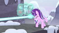 Starlight dispara un rayo de magia hacia el puente EMC-P2