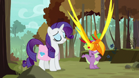 Peewee flies between Rarity and Spike S8E11