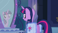 Princesa Luna colocando um alforje em Twilight EG