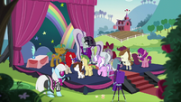 Rara surrounded by schoolponies S5E24