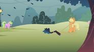 S01E08 AJ usuwa gałęzie za pomocą lassa