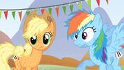 S01E13 Applejack i Rainbow zaskoczone wygraną Twilight